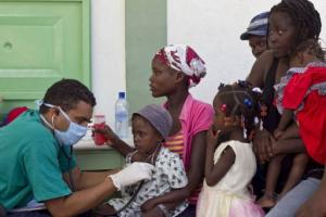 cuban-doctors-examine-cholera-patients-at-the-hospital-of-the-ester2