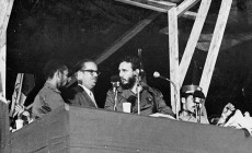 À la clôture du 1er Congrès latino-américain de la jeunesse, au stade du Cerro de La Havane, Fidel annonçait la nationalisation des entreprises nord-américaines installées à Cuba. De gauche à droite, Juan Almeida, Osvaldo Dorticos, Fidel et Efigenio Ameijeiras. Photo: Archivo